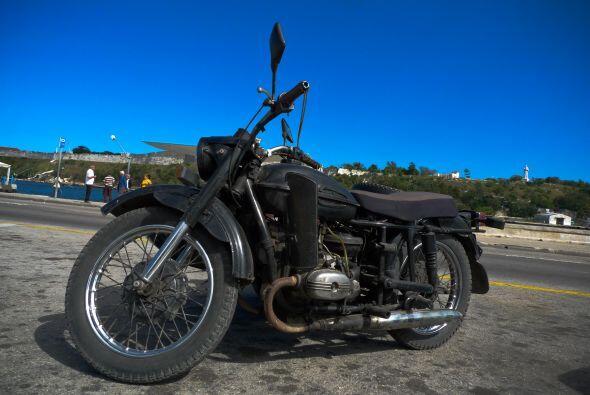 Otro de los modelos rusos que abunda en Cuba son las motocicletas Ural,...