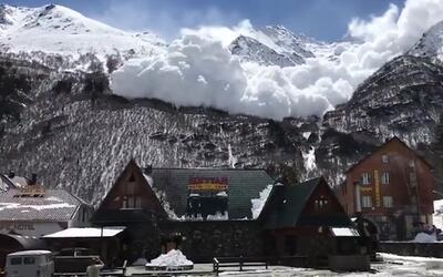 En video: Una inmensa avalancha se desata en un resort ruso