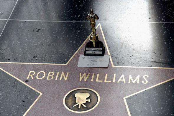 Aficionados del fallecido actor Robin Williams dejaron flores y velitas...