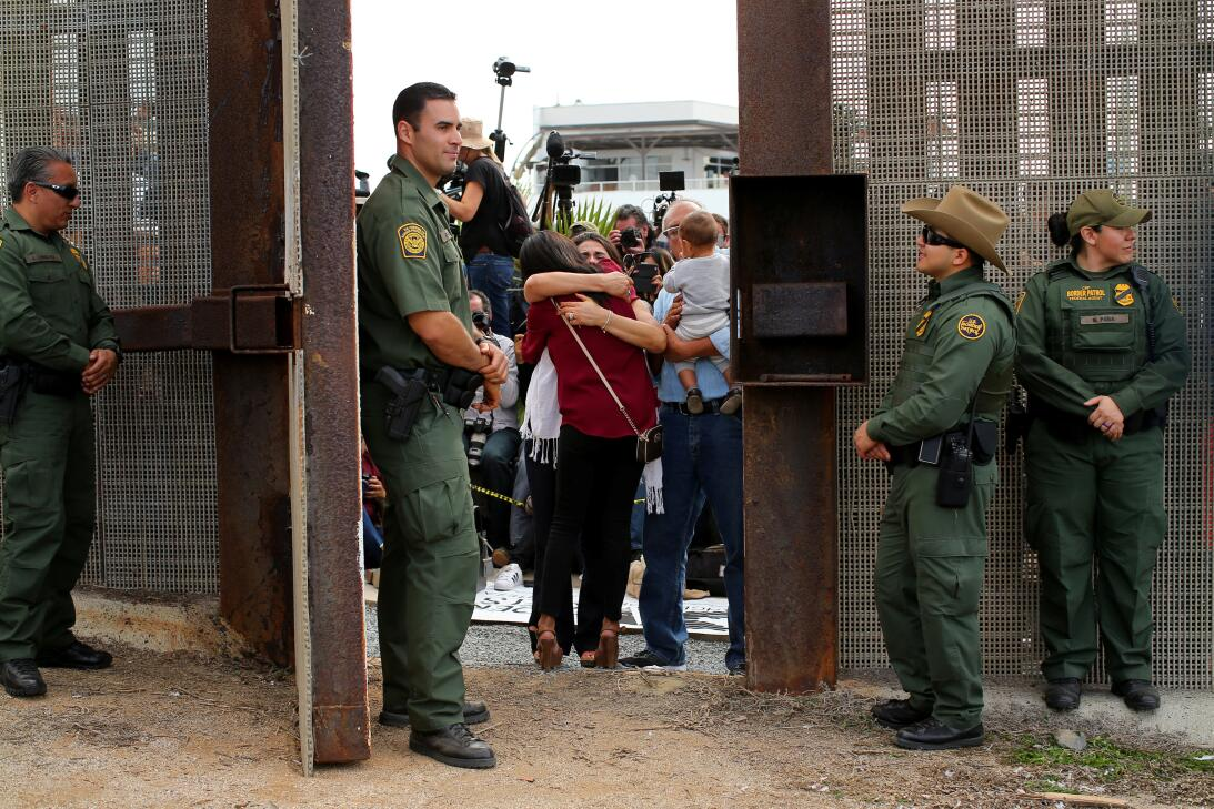 Por unas horas, este sábado la valla que divide a San Diego y Tijuana se...