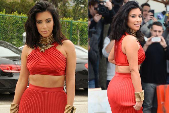 Definitivamente Kim sabe lucir sus curvas en rojo.