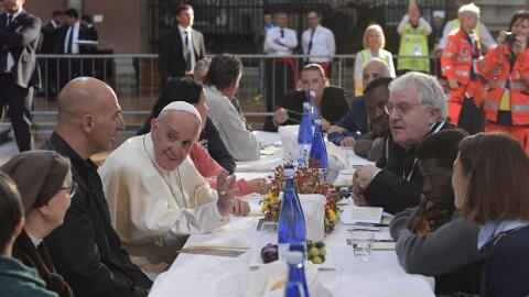 El papa Francisco en la mesa con los comensales que asistieron al almuer...