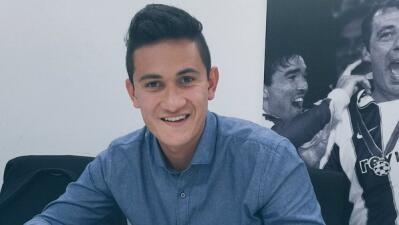 Raúl Gudiño durante la firma de renovación de su contrato con el Porto.