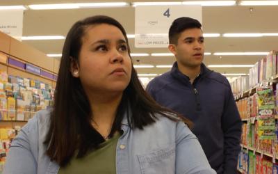 Mayra y Bryan Catalan suelen ir en los veranos a visitar a sus padres a...