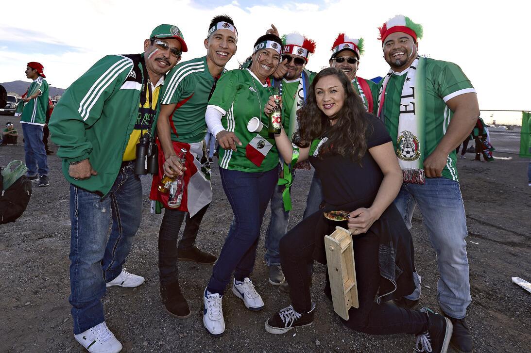 La fiesta de los mexicanos en el partido contra Islandia 20170208_2121.jpg