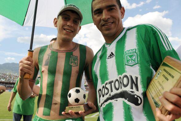 El propio Alvarez le entregó a Víctor Arístizabal una placa en homenaje...