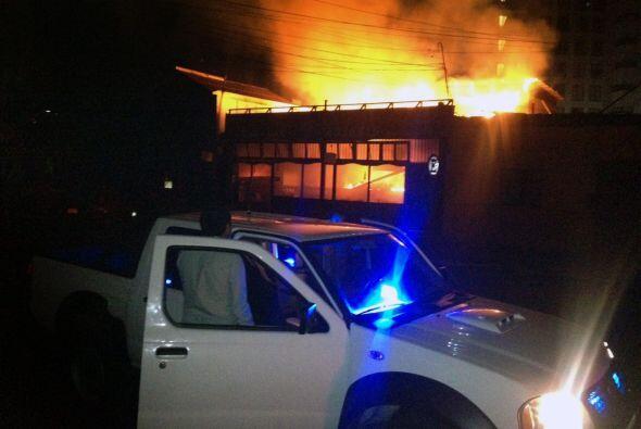 Los bomberos estaban luchando durante la noche para apagar las llamas.