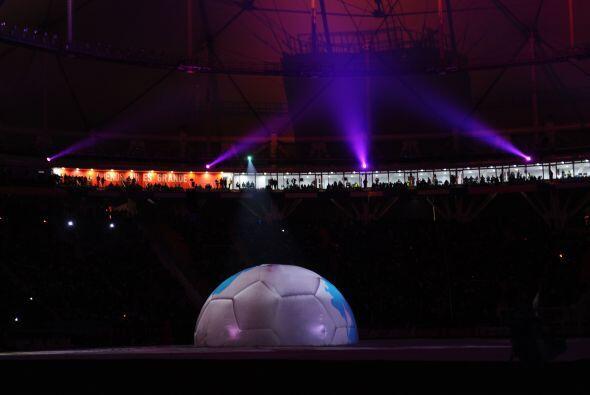 Hubo un espectáculo de luz y color que giró sobre una media esfera situa...