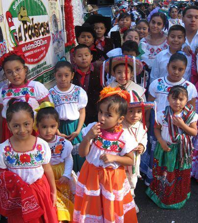 Muchos de los niños vestían los trajes típicos y la gran mayoría con muc...