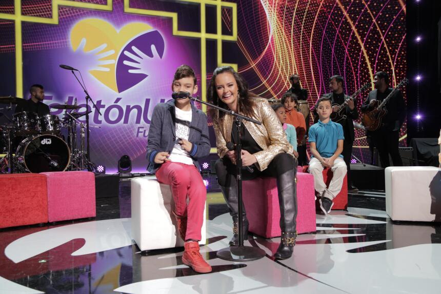 """Shaila Dúrcal junto a Adrian Martín Vega interpretando """"Que los niños""""."""