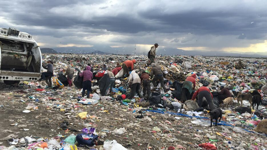 En el basurero Bordo de Xochiaca, en las afueras de la Ciudad de México,...