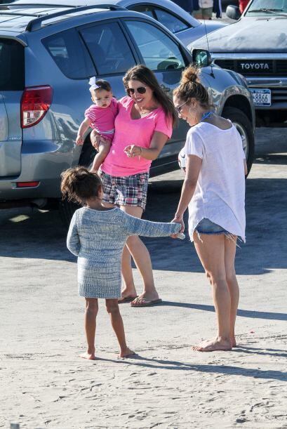 Al parecer a la pequeña Emma le gustan los bebés, no dejaba de ver al hi...
