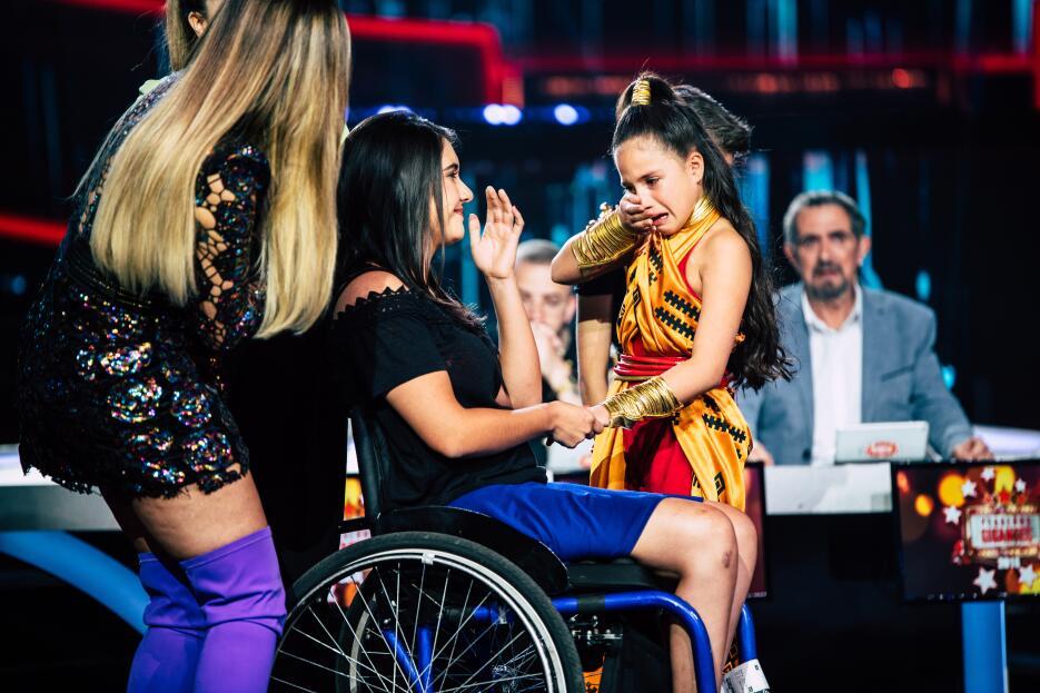 El conmovedor momento en que (niña) se reencuentra con su maestra de baile
