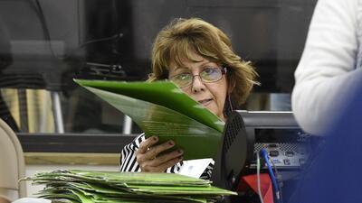 Funcionaria electoral en Miami, Florida, supervisa jornada de voto antic...