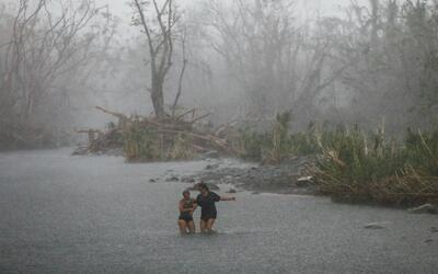 Personas cruzan el río Espíritu Santo en Río Grande...