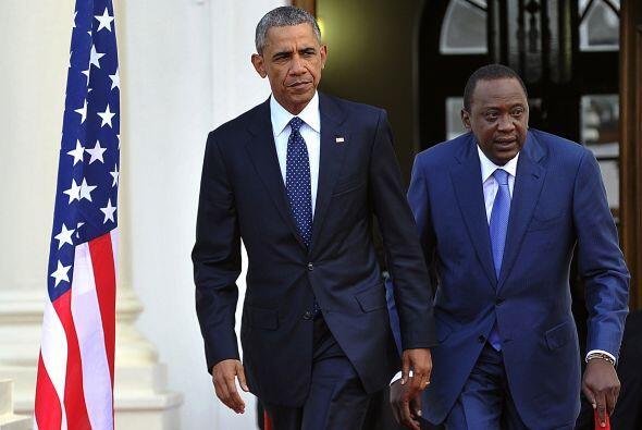 Barack Obama y Uhuru Kenyatta llegan a una conferencia de prensa en la C...