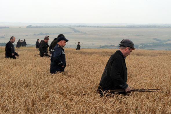 Los trabajadores de rescate y combatientes rebeldes peinaron la zona.