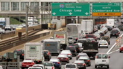 Alta congestión de automóviles en las afueras de Chicago,...