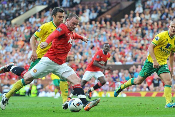 Los primeros momentos, el 'Man-U' intentó llegar mediante Rooney y 'Chic...