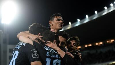 Porto derrota al Vitória y se mantiene su presión sobre el Benfica