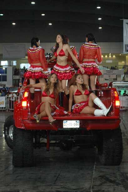 Con unos pequeños y muy mexicanos atuendos, las señoritas llegaron a la...