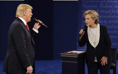 En el segundo debate presidencial, Trump llegó a amenazar con enc...