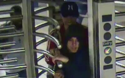 Autoridades buscan a los sospechosos de golpear y robar a un hombre en e...