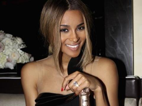La cantante Ciara mostró su diamante de 15 quilates y piernas de...