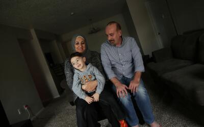 Motaz Alafandi con su hijo Sami y su esposa Alia en su casa en Dallas