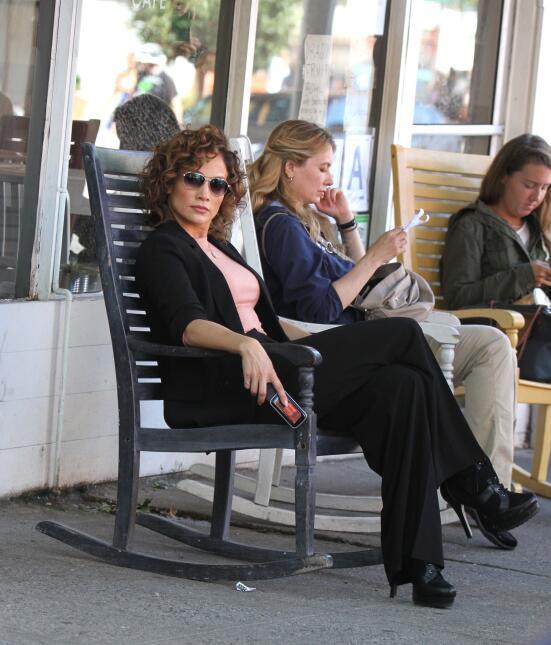 La actriz se relaja y descansa entre grabaciones de su nuevo show, 'Shad...