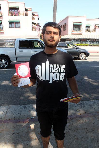 Los manifestantes repartieron al público, cientos de CD en los que prese...