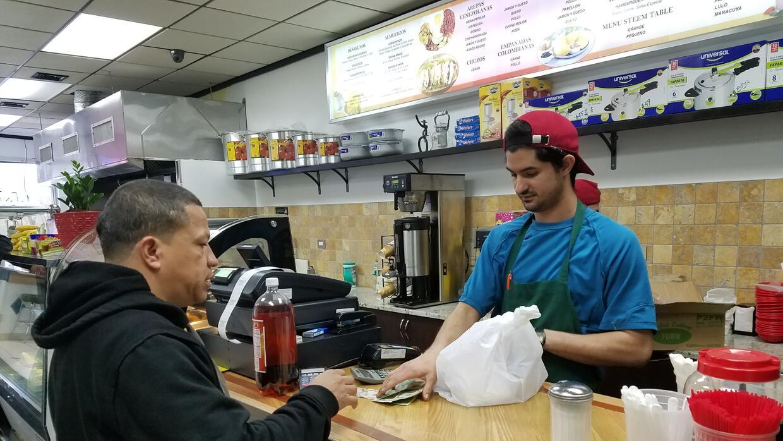 Jesús Mata atiende a un cliente en La Arepa, su propio negocio en Brentwood