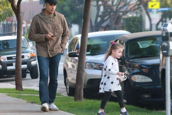 Jaime y Elena de regreso a su auto.