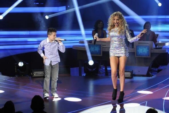 El primero en compartir el escenario con la cantante fue Toñito y juntos...
