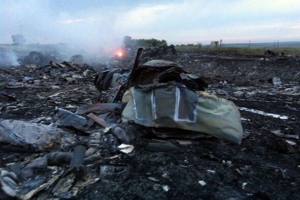 Una imagen muestra los restos del avión MH-17 de la aerolí...