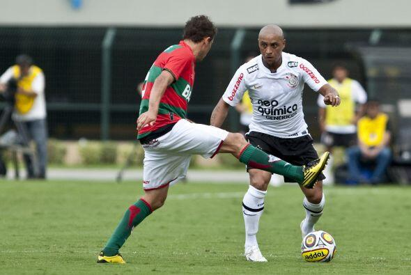 El veterano Roberto Carlos anotó un gol de antología al cobrar un tiro d...