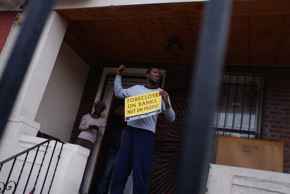 Fue el mes pasado cuando manifestantes tomaron una casa duplex cuya hipo...