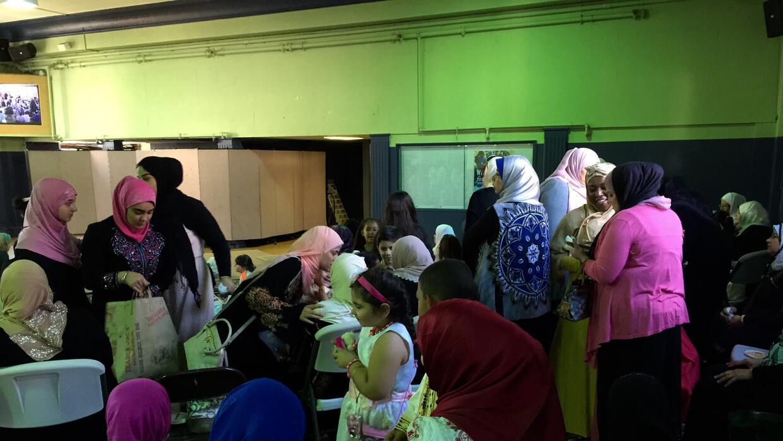Los niños reciben dulces y regalos en el Eid al-Adha.