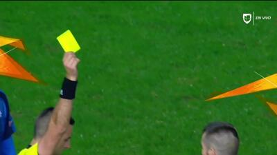 Tarjeta amarilla. El árbitro amonesta a Valentin Roberge de Apollon Limassol