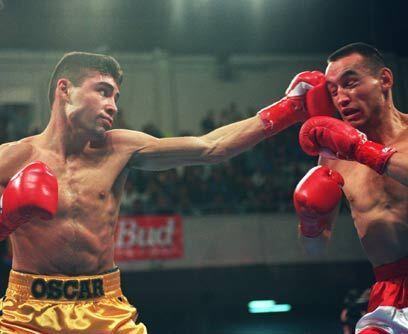 Su primer título mundialEl 5 de marzo de 1994 Oscar De la Hoya ganó su p...