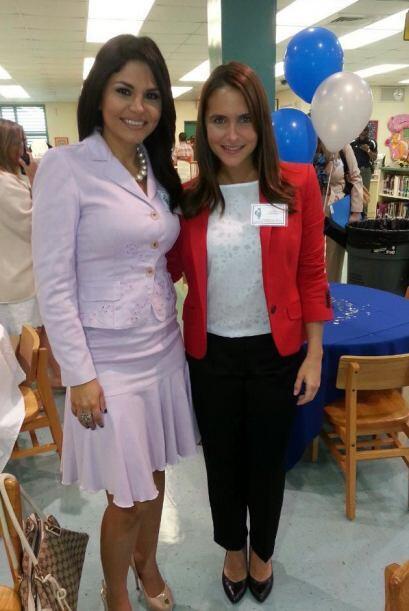 Natalia Cruz en la escuela de su hijo y una maestra.