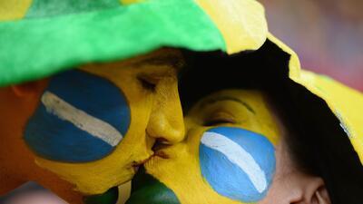 La pasión de hinchas y la seducción de los atuendos de Mundiales por fuera de la cancha