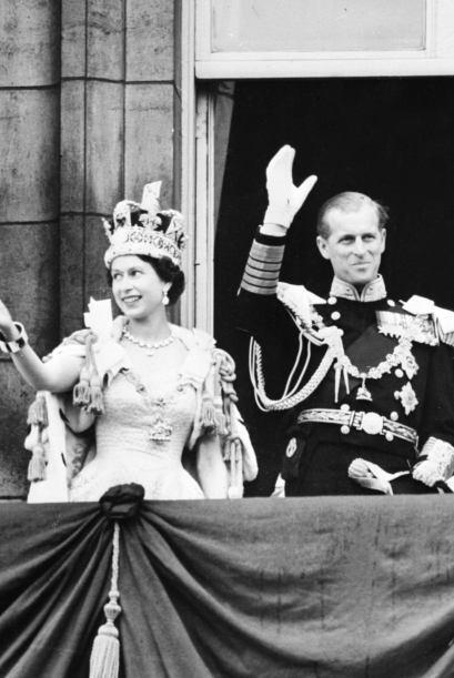 Foto de 1953, que muestra a la reina Isabel II después de haber sido cor...