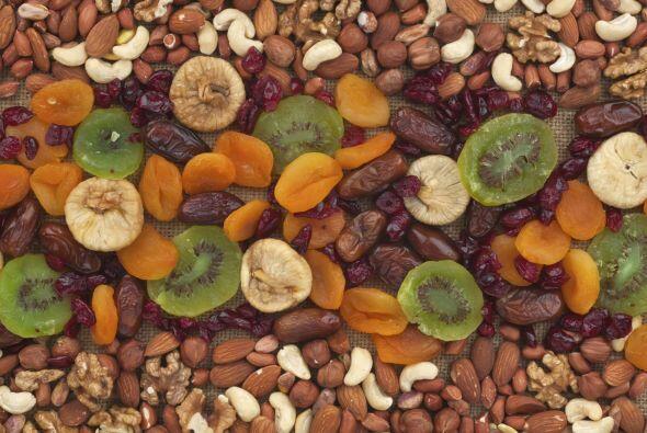 Frutas deshidratadas. El melocotón, plátano y piña secos son gratos para...