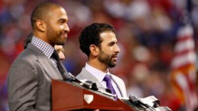 José Bautista y Matt Kemp al rcibir el premio Hank Aaron.