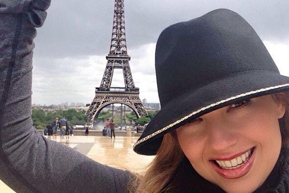 Sin duda, estaba muy contenta con su viaje. La Torre Eiffel estaba al al...