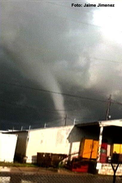 En el centro de Dallas, cayó un tornado que causó destrozos a varios neg...