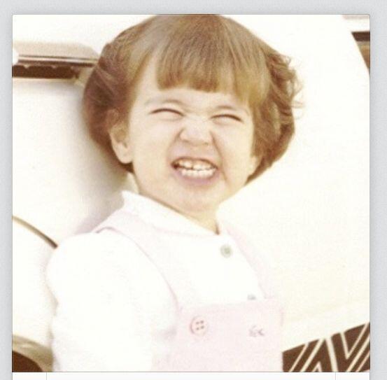 ¿Qué tal esta niña de la gran sonrisa? Ahora la vemos muy guapa y feliz...