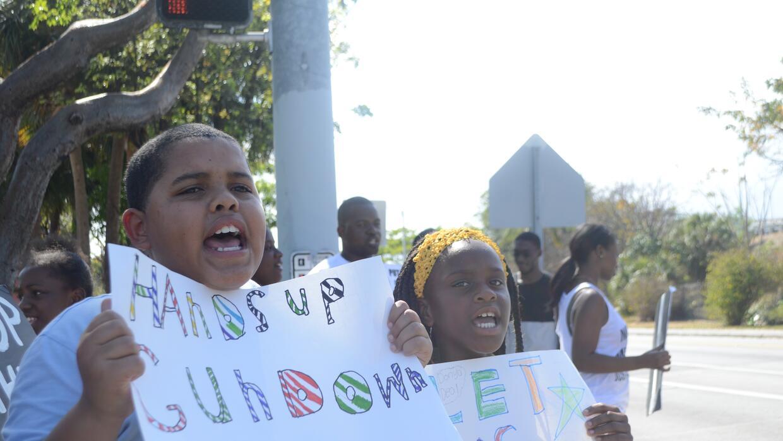 Niños de Overtown, un barrio afroamericano de Miami, protestaron...