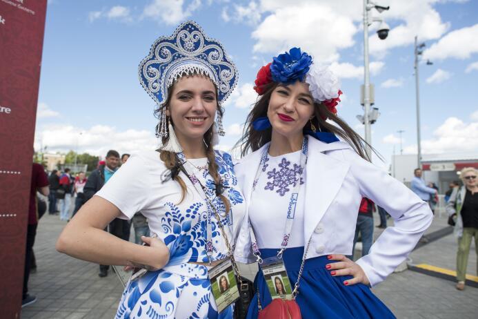 Belleza, color y hasta mexicanos en la previa del Rusia-Portugal 2017062...